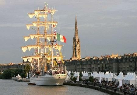 Uma apresentação de veleiros tradicionais