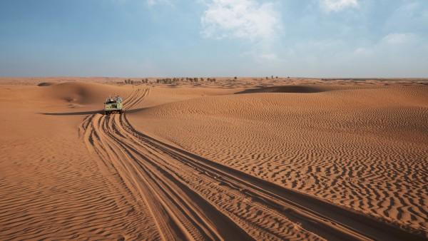 Com o Range Rover no deserto perto de Dubai