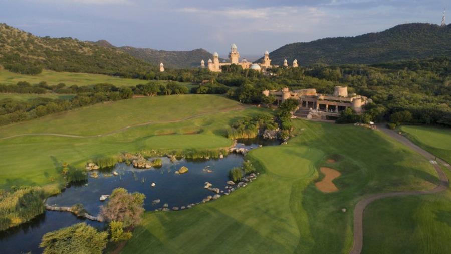 O Lost City Golf Course fica em um terreno ondulado e pedregoso, quase desértico.