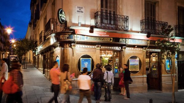 Madrid de noite com muitos tabernas