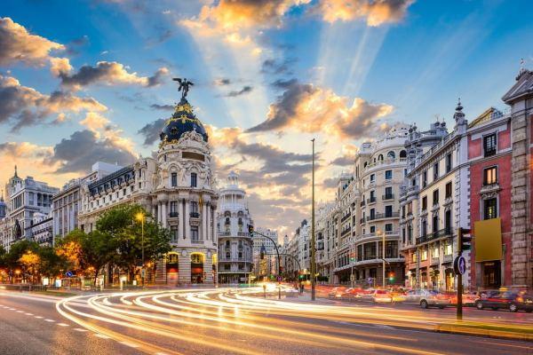 Travessia da Calle de Alcalá e Gran Vía com pretio Metropolis em Madrid