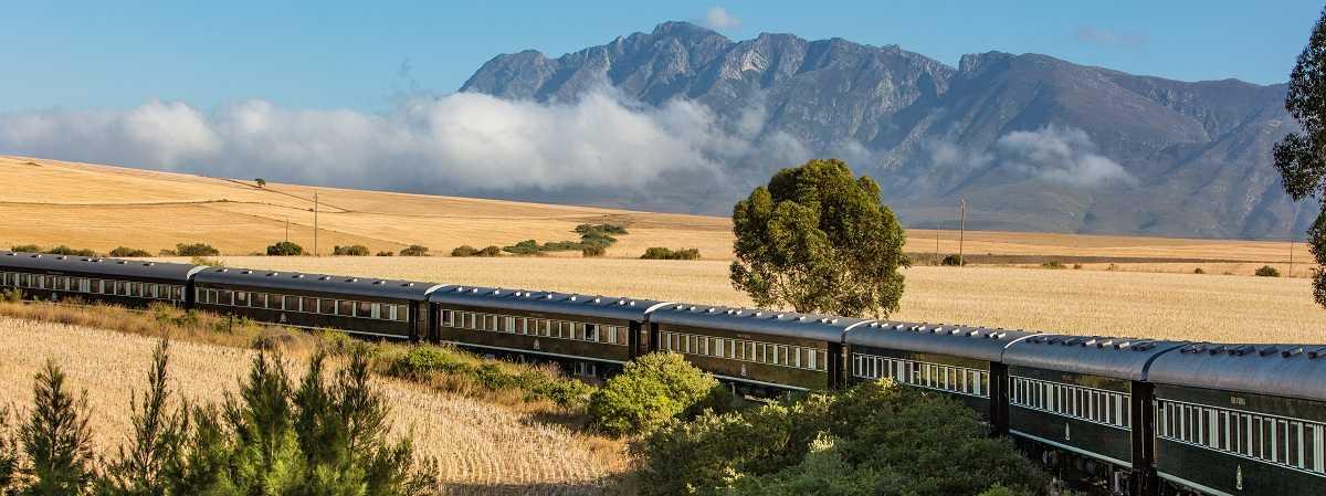 O trem de rovos rail perto de montanha Hiedelberg em Africa do Sul