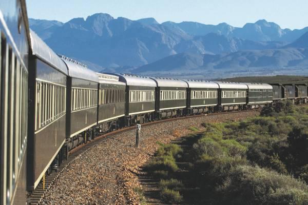 Os montanhas durante de viagem de Rovos Rail Safaris na África do Sul