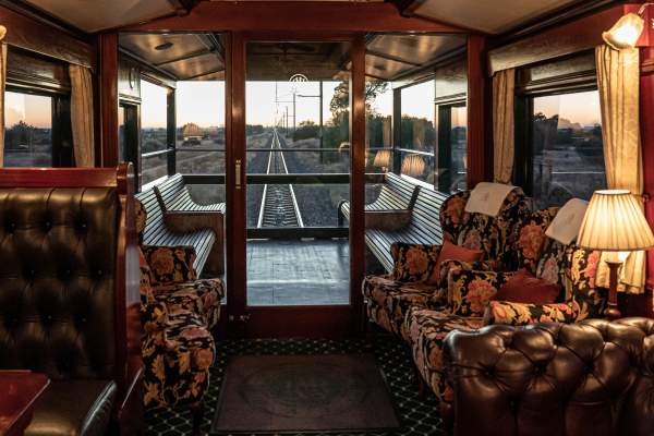 A vista atrás de Rovos Rail Safaris na África do Sul