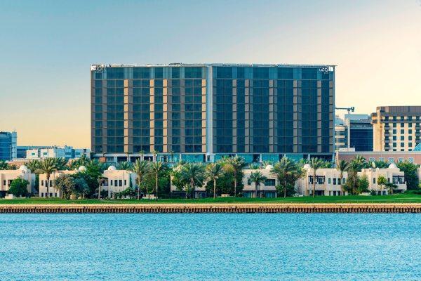 O hotel Aloft Dubai Creek com campo de golfe na frente