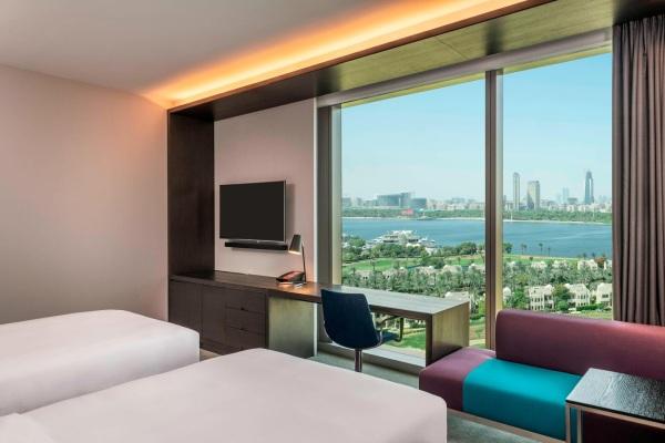 O apartemento Twin de hotel Aloft Dubai Creek com vista de campo de golfe