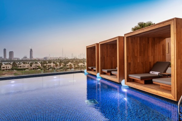 A piscina com vista de hotel Aloft Dubai Creek
