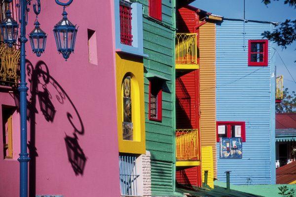 O Caminito é uma área popular para caminhadas no bairro de La Boca, em Buenos Aires