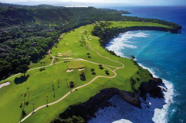 O campo de golfe Casa Grande, na República Dominicana, projetado por Robert Trent Jones, é frequentemente referido como o Pepple Beach do Caribbean