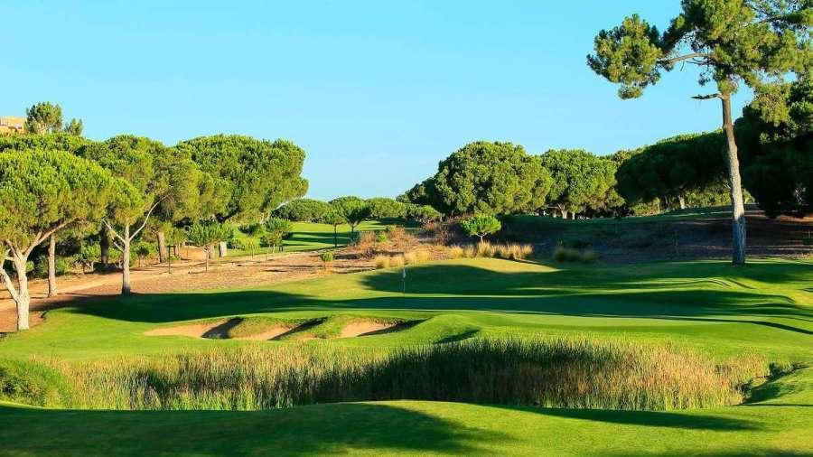 O campo de golfe Dom Pedro Pinhal na Vilamoura am Portugal Algarve
